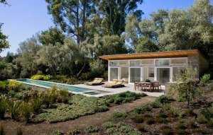 Небольшой одноэтажный дом с басейном