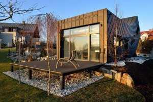 Небольшой дом с гаражом вид спереди