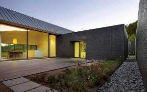 Одноэтажный дом из кирпича в стиле хай тек