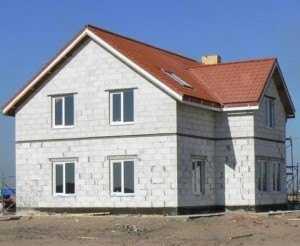 Небольшой дом из пеноблоков на фото