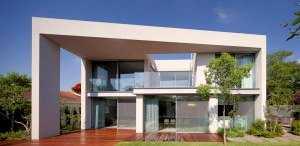 Пример современного дома с большими окнами