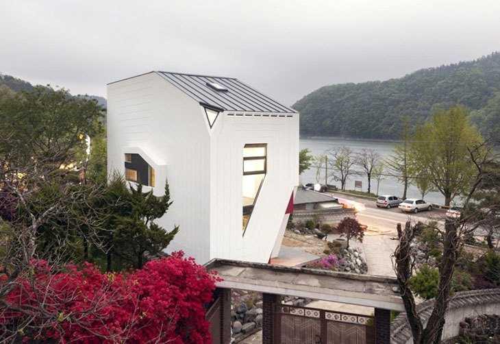 Дом необычной формы на фото