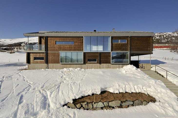 Общий вид необычного дома из бруса