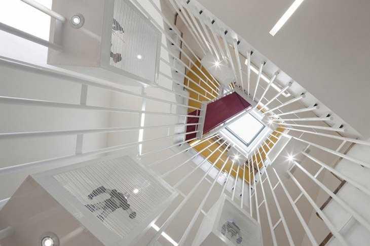 Вид снизу на лестничное пространство