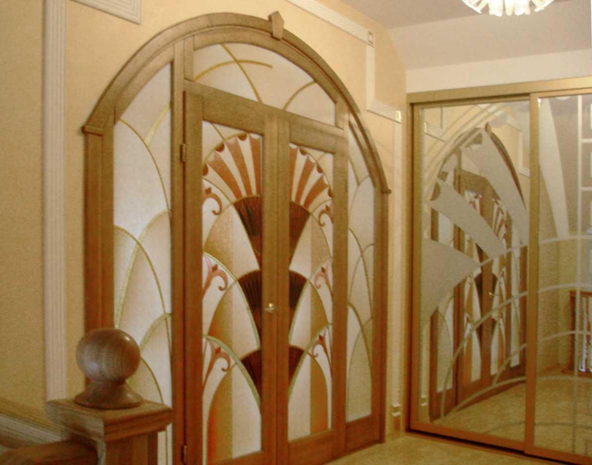 дверь со стеклянным витражем