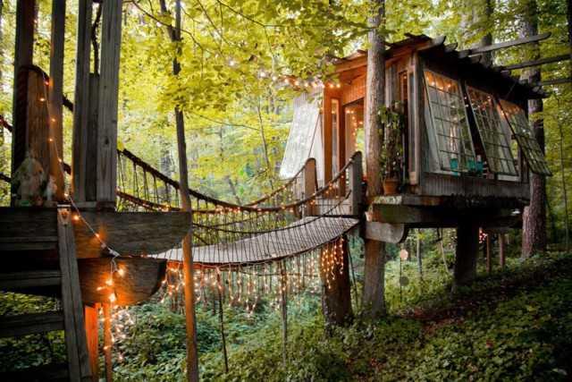 домик на дереве с мостом