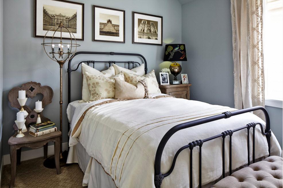 Спальня с кованной кроватью
