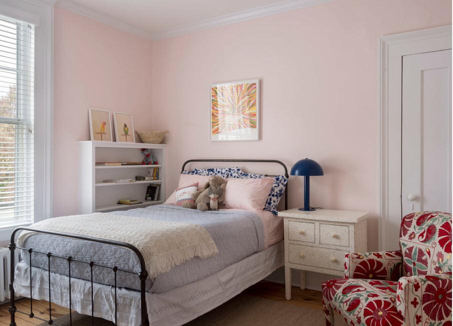 кованная кровать в интерьере спальни