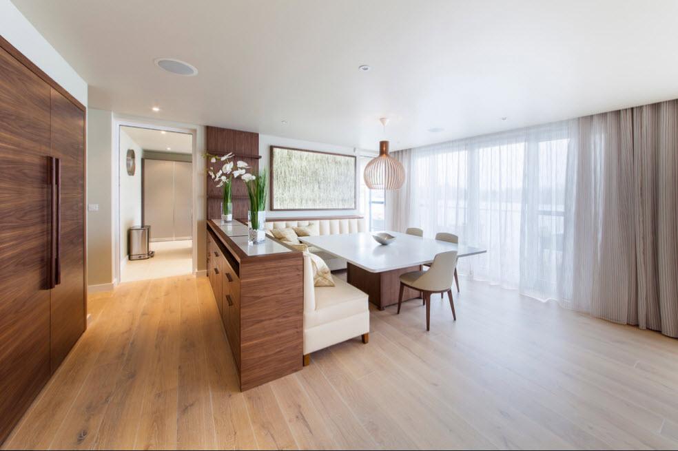 интерьер кухни гостиной с диваном